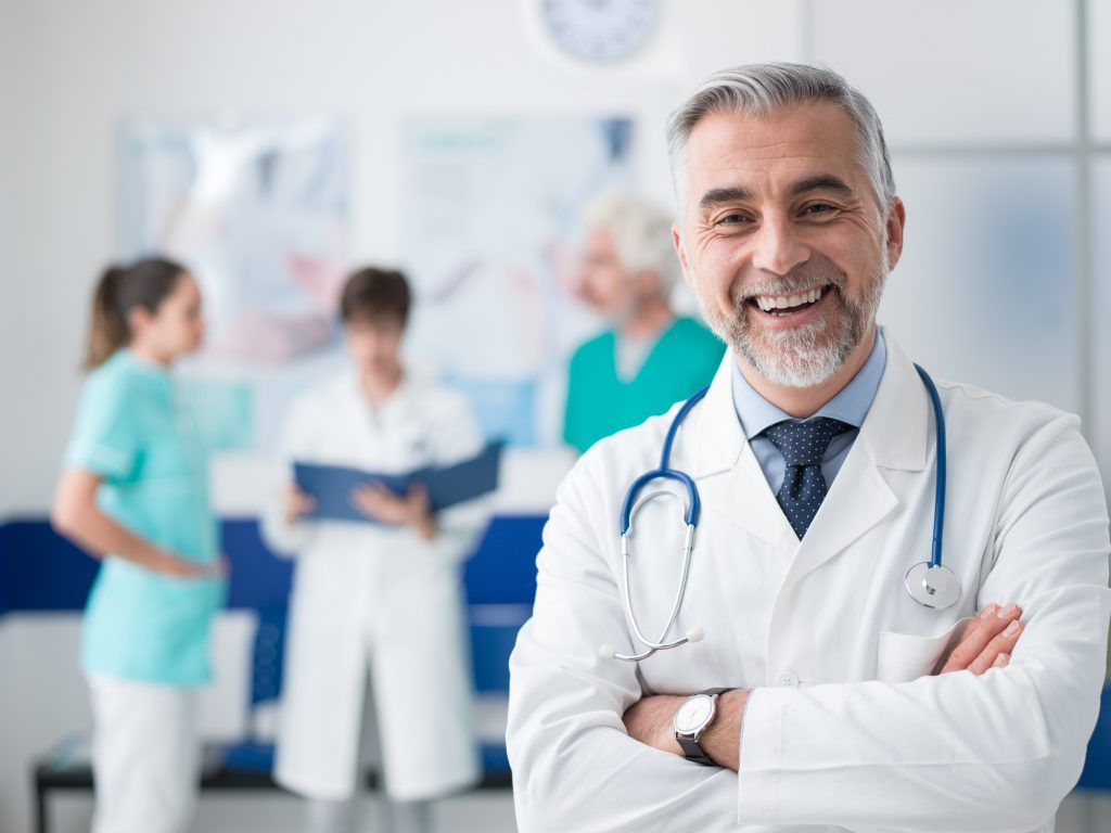 Doutor com uniforme hospitalar