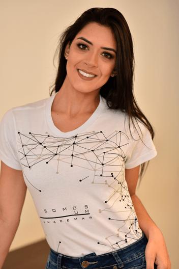 """Modelo com camisa Basic Serfer no artigo """"Uniforme para verão"""""""