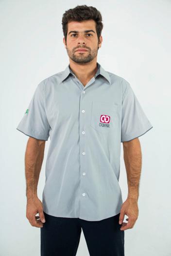 """Modelo com camisa social sem manga Serfer no artigo """"Uniforme para verão"""""""
