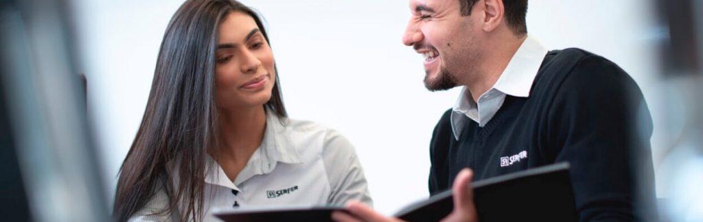Artigo Fornecedor de uniformes. Funcionários uniformizados conversando