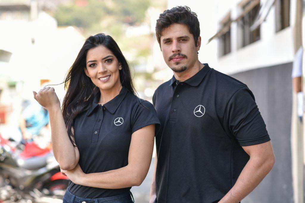 Uma mulher e um homem usando camisas polo, um dos modelos de uniformes da linha corporativa Serfer