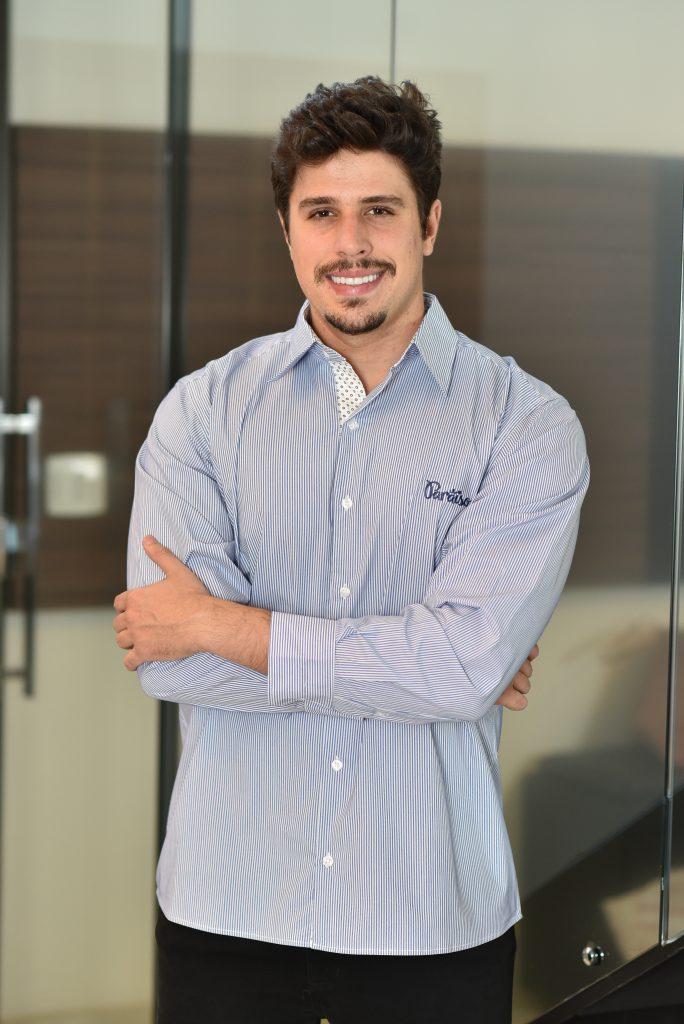Homem usando camiseta social, um dos modelos de uniformes da linha corporativa