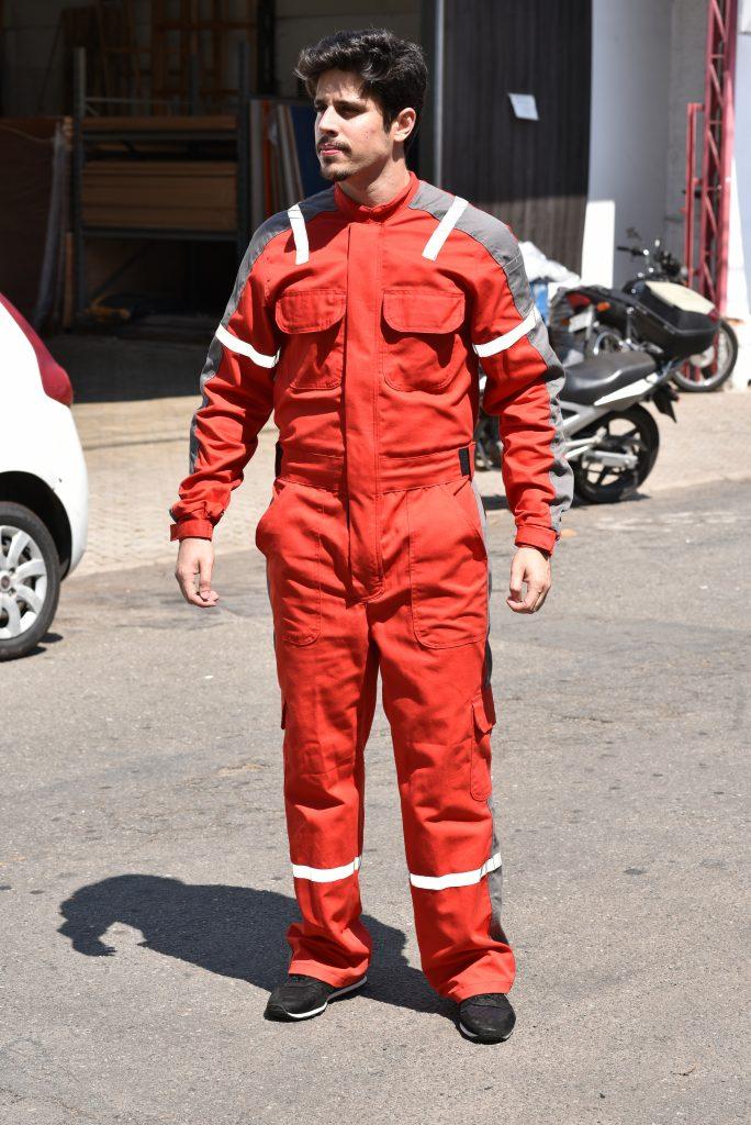 Homem usando macacão em brim, um dos modelos de uniformes da linha operacional Serfer