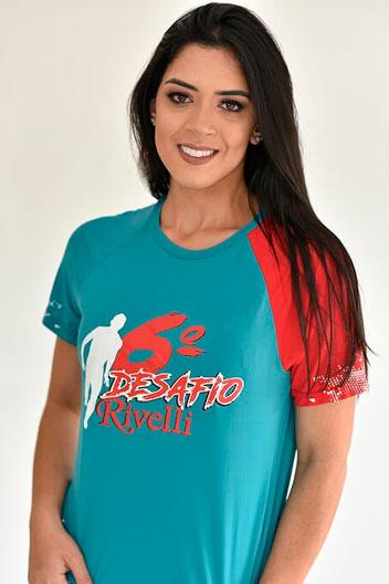 Modelo utilizando uma camiseta colorida de Crepe Run, uma opção de uniforme para academia